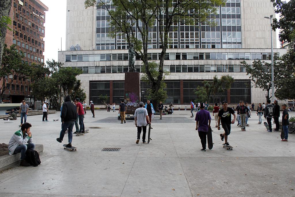 Skateboarders at Parque Santander Plaza en Bogotá, Colombia